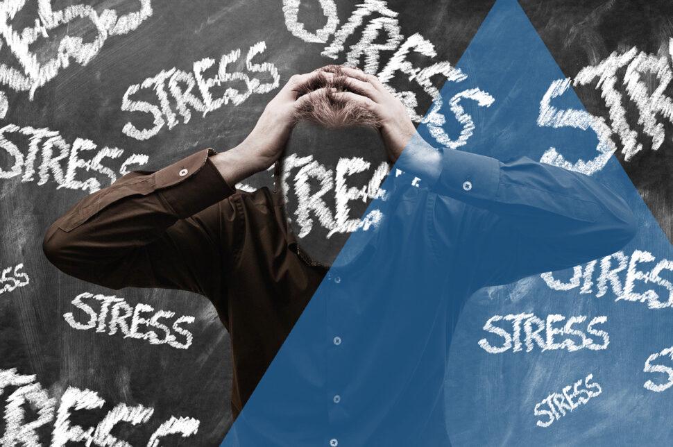 Lo stress è una risposta naturale del nostro organismo nei confronti di stimoli, esterni o interni, che interferiscono con il nostro equilibrio psico-fisico. Se limitata nel tempo, si tratta di una reazione normale, una sorta di strategia che il nostro corpo adotta per tirare fuori il meglio di sé. Esistono stress di breve durata, in cui la risposta fornita dall'organismo è di tipo acuto e stress cronici, che possono essere intermittenti o continuativi. In quest'ultimo caso la situazione stressante finisce per investire l'intera esistenza di un individuo. La pandemia che stiamo vivendo ne è un esempio. Normalmente parliamo degli effetti psicologici dello stress, ma anche i muscoli e le articolazioni possono essere interessati da questo fenomeno. Come funziona il meccanismo in questo caso? Se lo stress è prolungato, il sistema nervoso entra in uno stato di allerta perenne. Come conseguenza, la soglia del dolore diminuisce mentre aumenta il livello di infiammazione. All'inizio il soggetto si sente spossato fisicamente e mentalmente e avverte un maggiore bisogno di dormire. Se la situazione stressante permane, subentrano aggressività, senso d'insofferenza e disturbi del sonno. In seguito, anche il tono dell'umore finisce per essere coinvolto, così che il soggetto perde interesse nei confronti delle normali attività e si sente depresso. Fisicamente, schiena e collo sono i punti dove gli effetti dello stress si concentrano maggiormente. La tensione nervosa provoca un aumento del tono ortosimpatico e dei livelli di catecolamine circolanti (adrenalina e noradrenalina). I due fenomeni causano uno stato di contrazione a livello della muscolatura. Questa contrazione, se continua e sostenuta, genera infiammazione e dolore. Il dolore non fa altro che peggiorare la situazione, perché interferisce con il movimento, obbligandoci all'inattività e a posture viziate che contribuiscono ad esacerbare il problema. Alla fine ci sentiremo stanchi, indolenziti e rigidi. Il dolore può esser